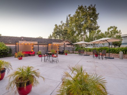 The Palo Alto Inn - Inviting Patio Area